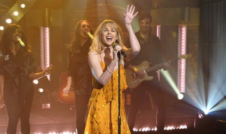 Watch Kylie Minogue Flaunt Country Pop Hit 'Dancing' on 'Seth Meyers'